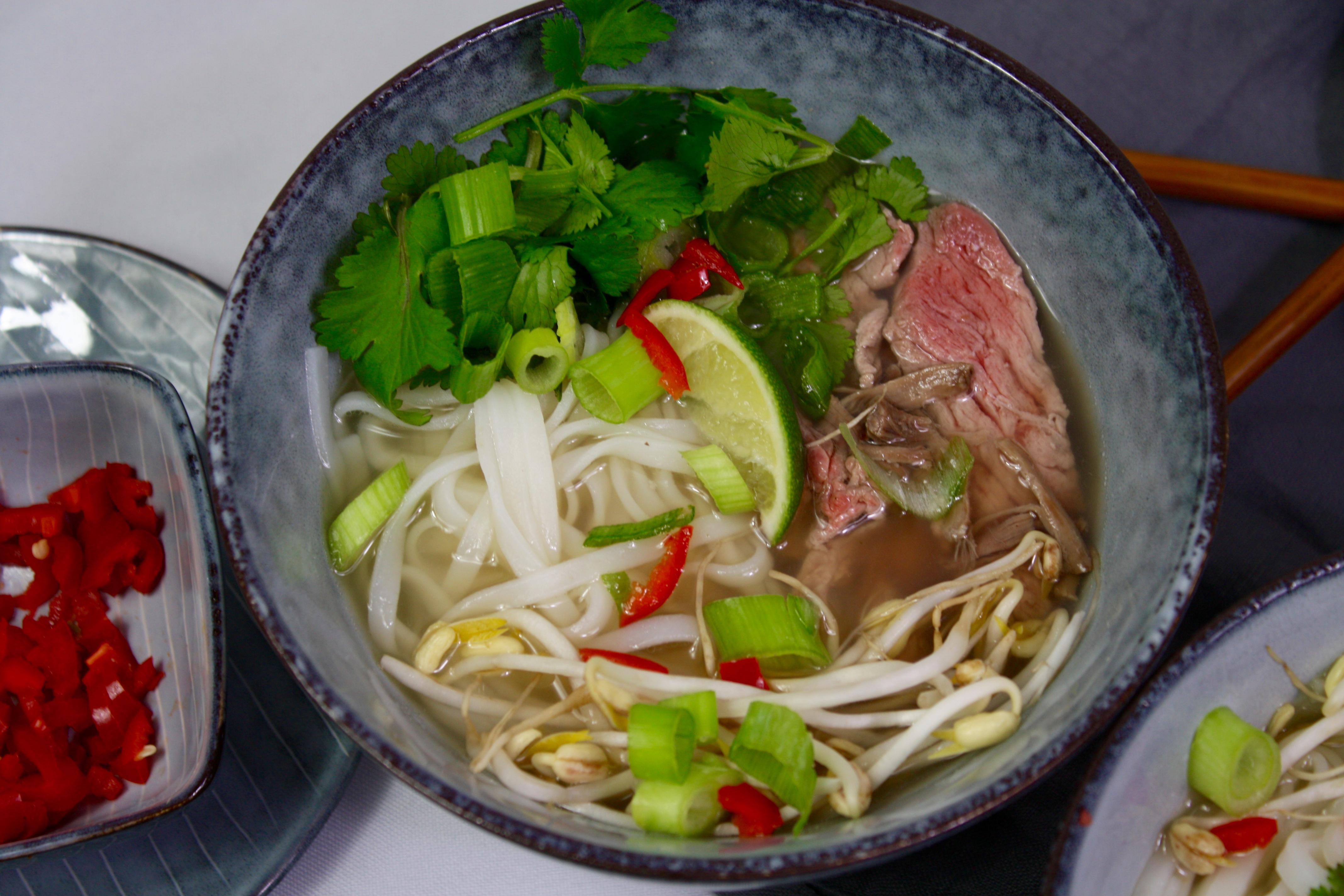 Pho Bo   vietnamesische Nudelsuppe mit Rindfleisch